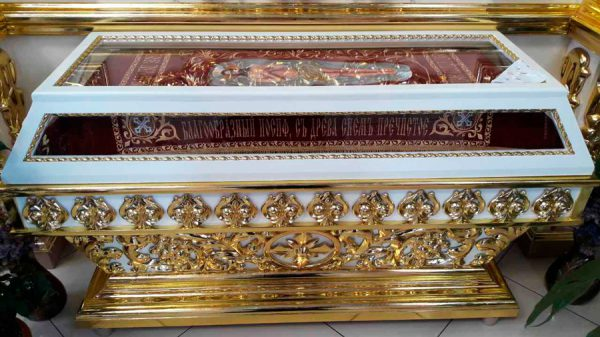 Средняя резная гробница из дерева с позолотой