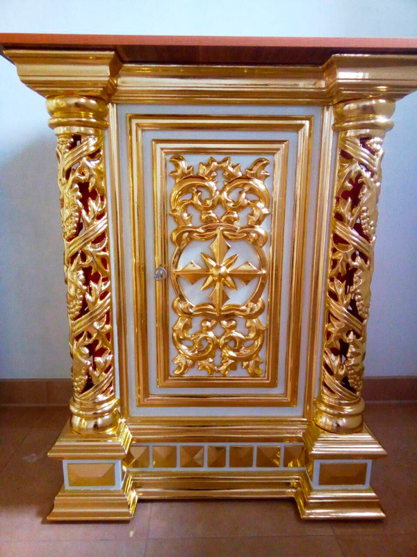 Церковный жертвенник из дерева и золочения элементов