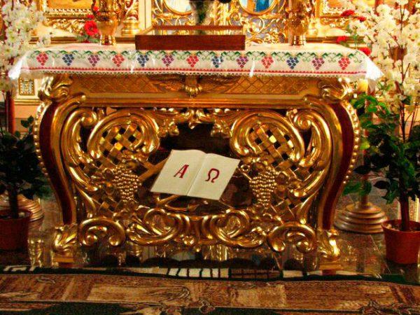 Тетрапод цвета золота с детализированной резьбой