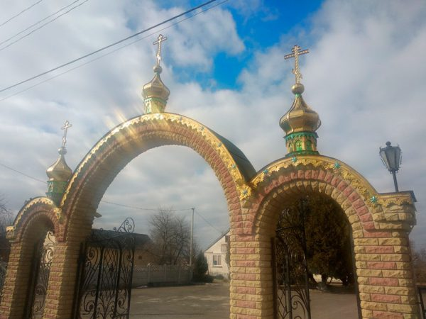 Купола с крестами на арки ограждения храма