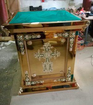 Церковный жертвенник из металла с литьем за стеклом