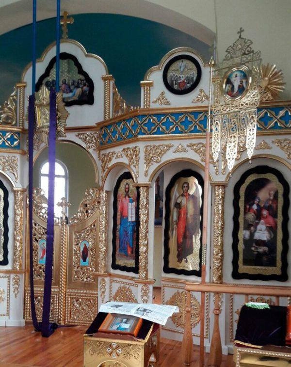 Иконостас с детализированной резьбой в православном храме