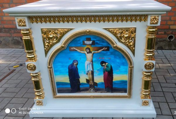 Престол из дерева с золочением и круглыми колоннами 130х130см
