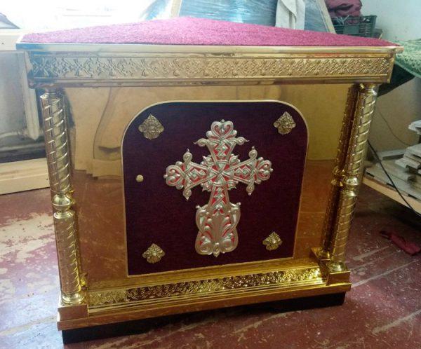 Жертвенник угловой из булата с крестом (красный)