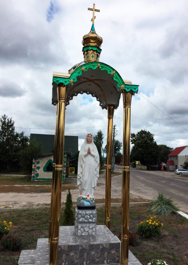 Часовня 1.35х1.35м в разобранном состоянии и купола с шарами и крестами