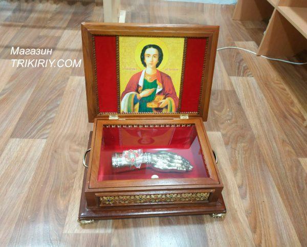 Ковчег из дуба с рукой мощевиком и иконой Святого Пантелеймона