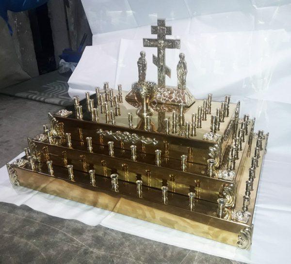 Панихидный столик в форме пирамиды с Голгофой и лампадкой