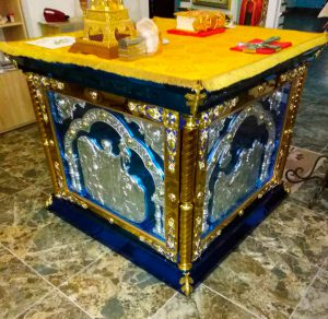 Облачение на престол с литыми иконами и декором за стеклом 130*130см