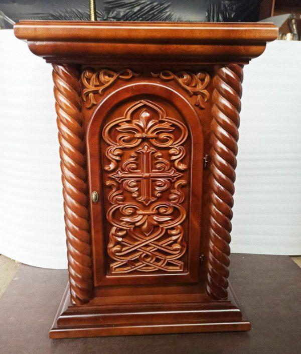 Небольшой жертвенник из дерева с православной резьбой