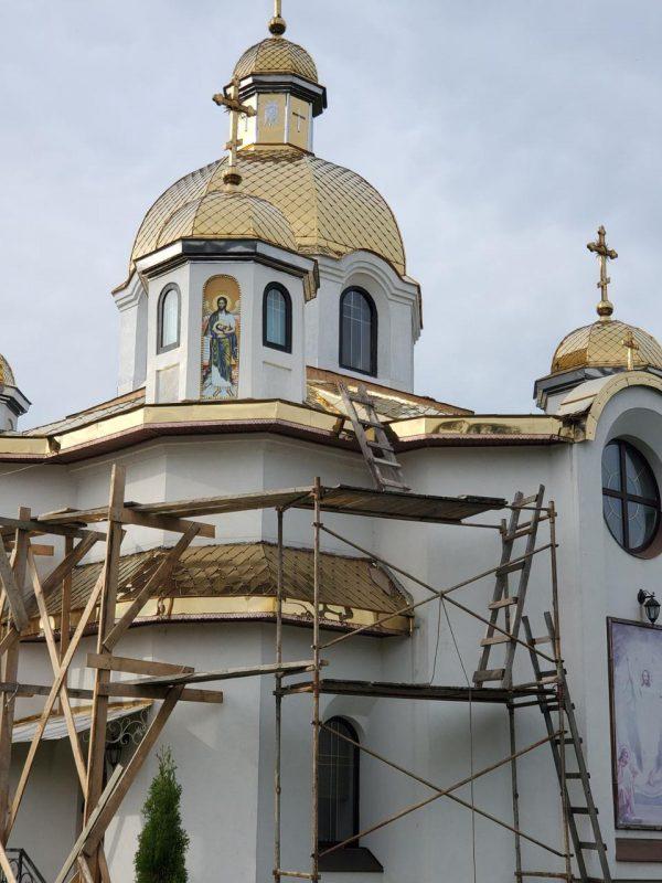 Установка икон с печатью на пластике пвх на фасад храма