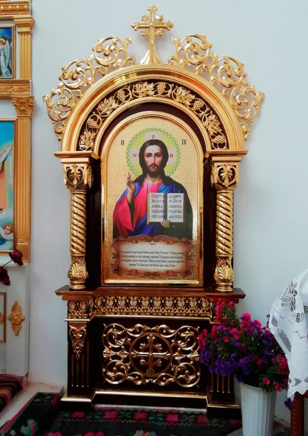 Церковный напольный киот под икону Спасителя с золочением резьбы