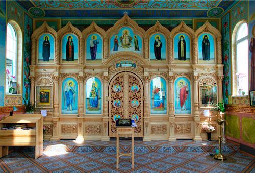 Церковный иконостас в старославянском стиле