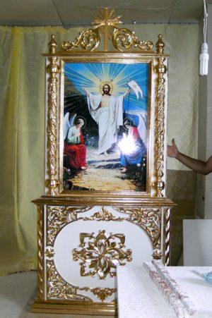 Напольный церковный киот с позолотой установлен в одном из храмов Беларуси