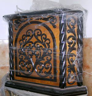 Угловой жертвенник из дерева под лак