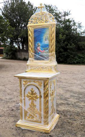 Небольшой православный жертвенник с золочением и иконой