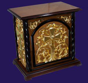 Небольшой жертвенник из дерева с дверцей и позолотой