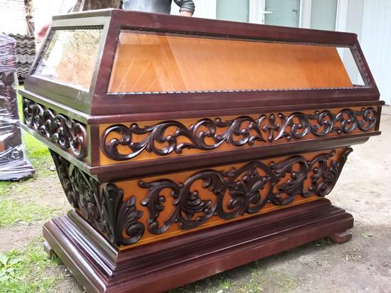 Средняя резная гробница с резьбой под темную вишню