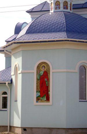Икона Св. Пантелеймона на фасаде храма из мозаики