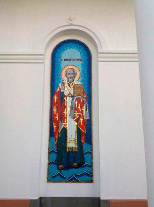 Большая икона Николая Чудотворца на фасаде