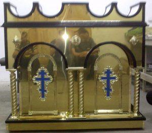 Свечной стол из булата с латунными колонами и крестами